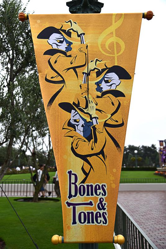 ハットにトレンチ、息の揃ったスケルトンボイスが自慢の「Bones & Tones」