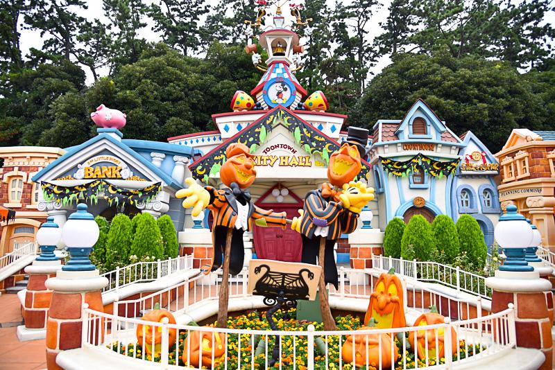 恐ろしく魅力的な歌声を響かせるかかし風のかぼちゃのステージもトゥーンタウンで発見