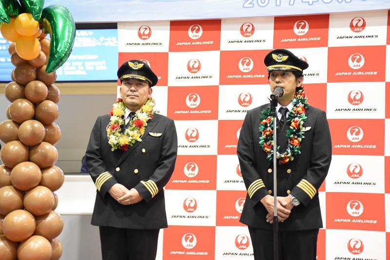 JL770便の機長、米山健吾氏(右)と織田直行氏(左)