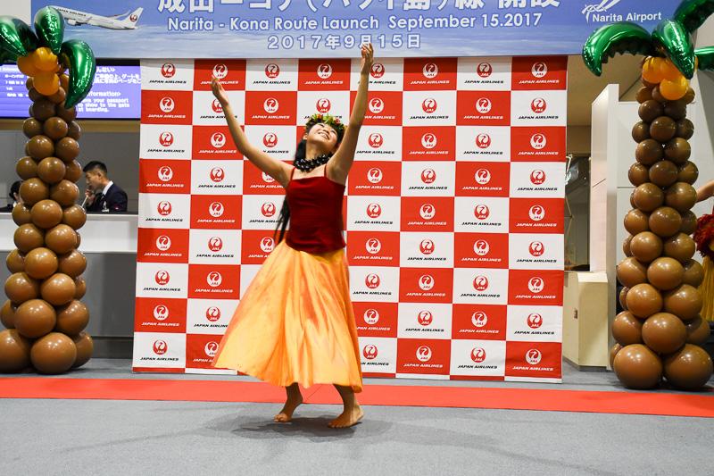 小野夏蓮さんは火の女神ペレを讃えて、ゲート前を大きく使ったフラダンスを披露した