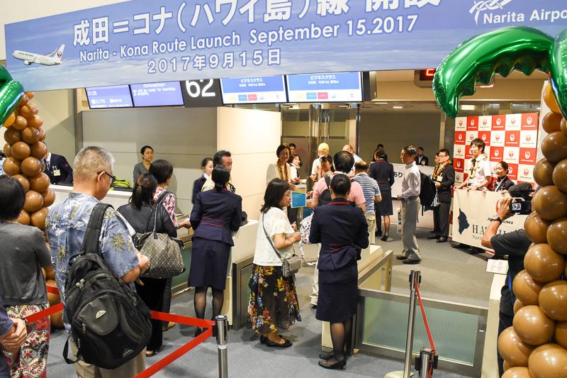 21時05分に搭乗開始。大川氏をはじめJALスタッフが搭乗客に初便の記念品を手渡した