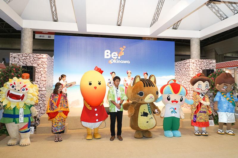 大きなステージが設けられている。沖縄のマスコットキャラクターが勢揃い