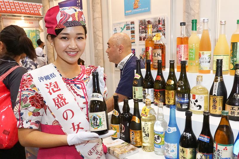 沖縄県泡盛の女王スピーナ瑛利香さん。もちろん試飲できる