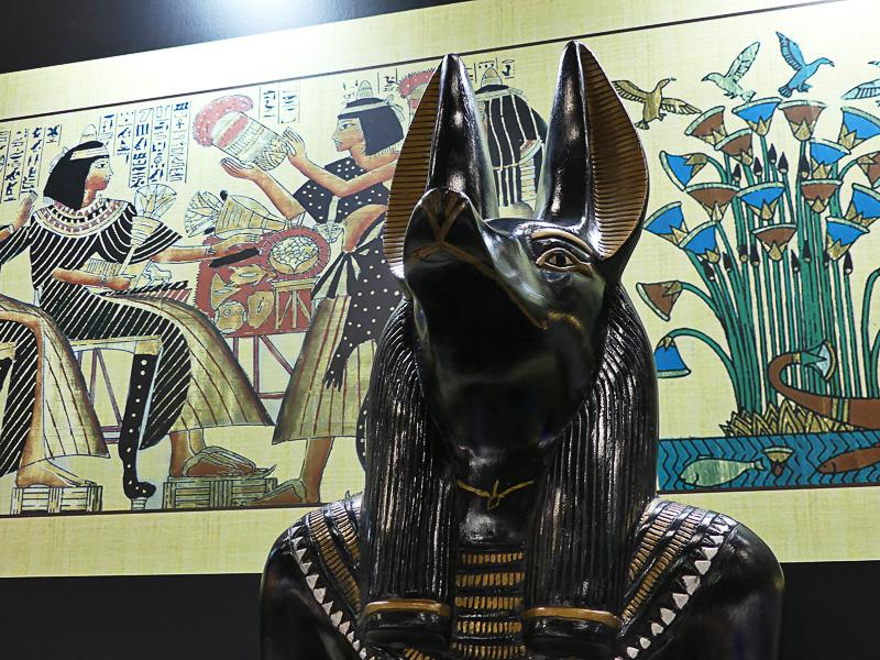 エジプト神話に出てくるアヌビス神とホルス神がステージ横で見守っている