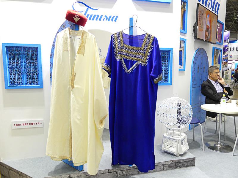 民族衣装の試着体験も! 青が女性用、白が男性用