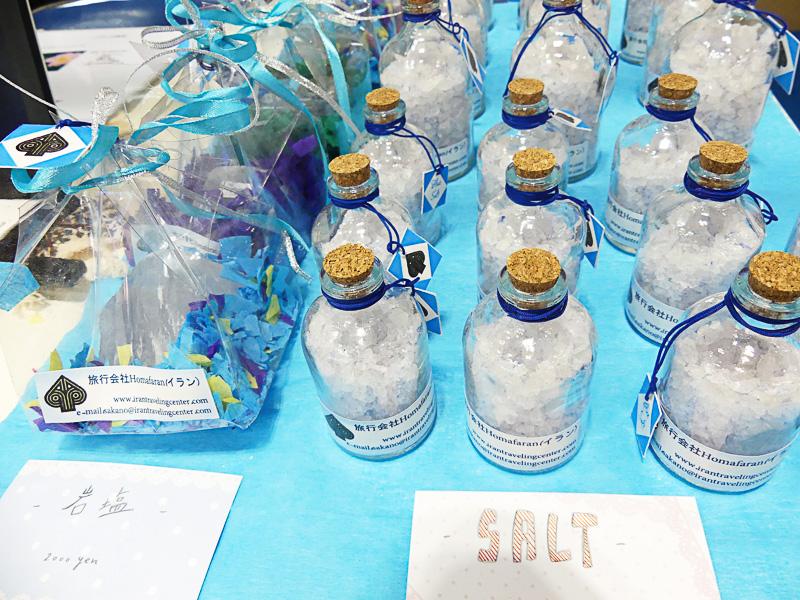 イラン産の岩塩や手織物なども販売