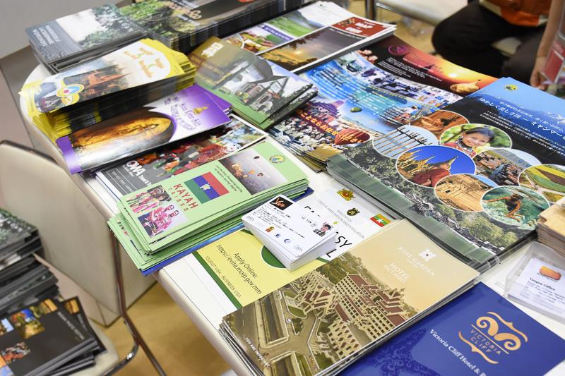 ブース入り口にはたくさんのパンフレットが。日本語の資料もある