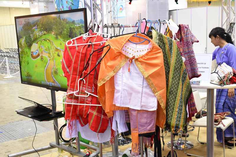 簡単に着脱できるというミャンマーの民族衣装