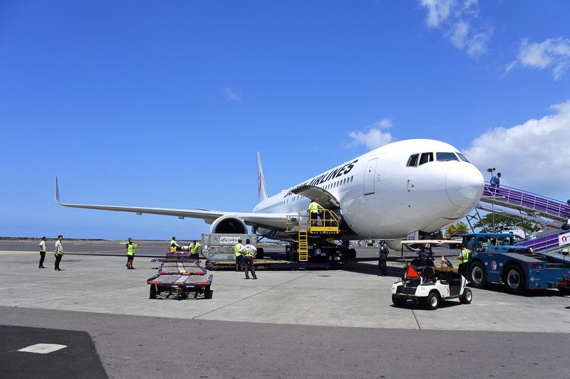 JL779便へはランプエリアを通りタラップを登り搭乗する