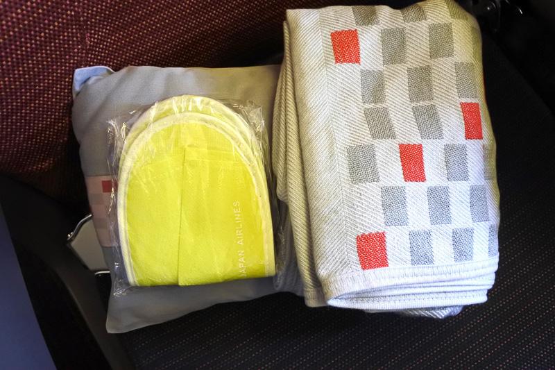 ハワイ線ならではのスリッパ。毛布と枕もセットで