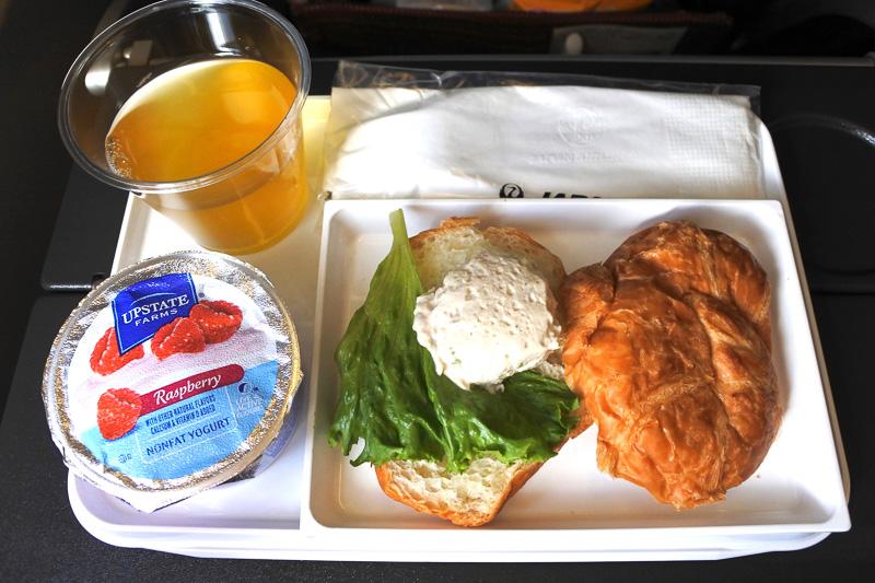 到着前には「ツナクロワッサンサンドイッチ」とヨーグルト、ドリンクで朝ご飯