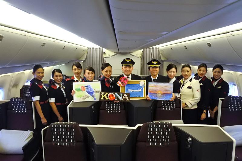 成田国際空港到着後、就航初便、帰国便担当の機長、客室乗務員全員笑顔でパチリ