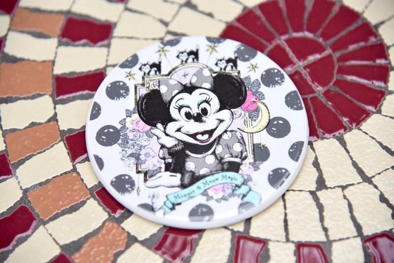 コースターにはシックな白黒をベースにしたミニーマウスが描かれている