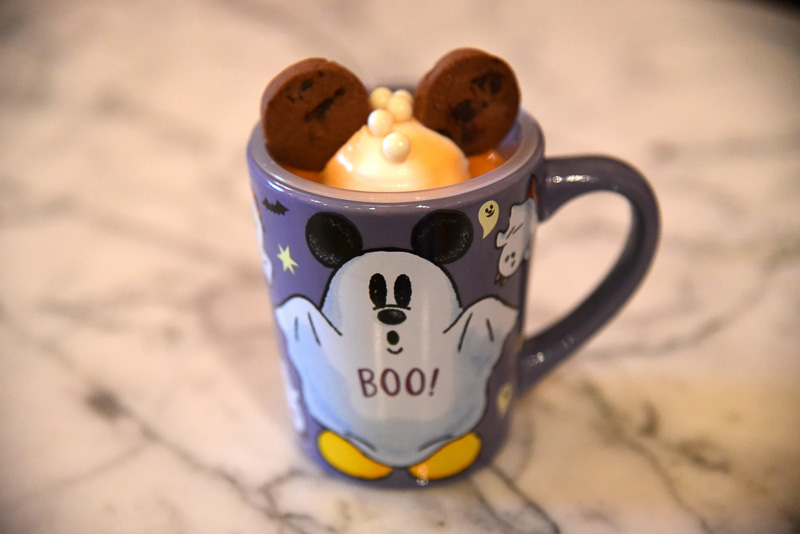 ミッキーマウスのイヤーがかわいい「オレンジ&ホワイトチョコレートムース、スーベニアカップ付き」(750円)