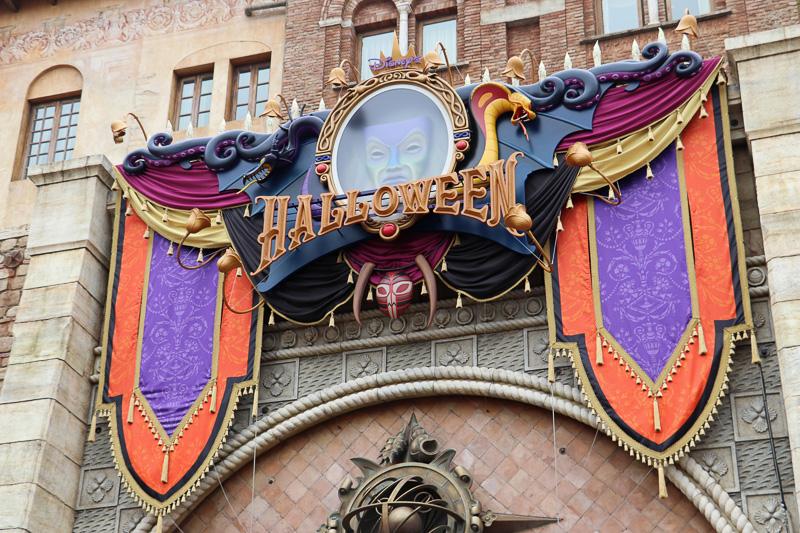 エントランスにはイバラが絡まり、上部はハロウィーンのクールで妖しい飾り付けに