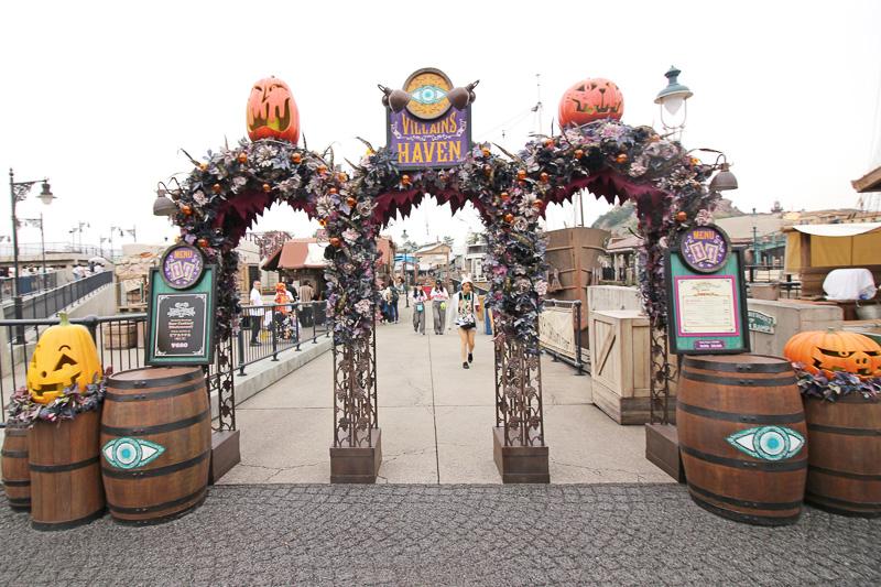 バーナクル・ビルズ入り口もカボチャがモチーフに使われた妖しい飾り付けに