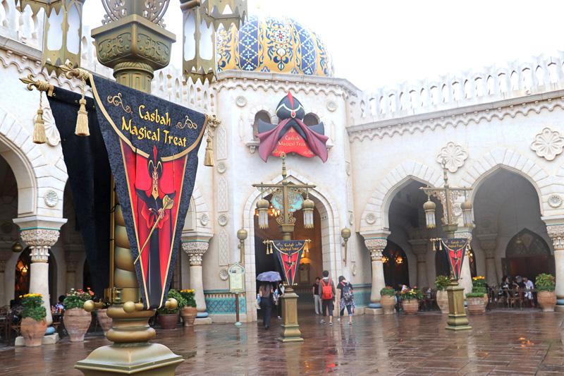 アラビアンコーストの宮殿中庭や内部はジャファーのディスプレイに