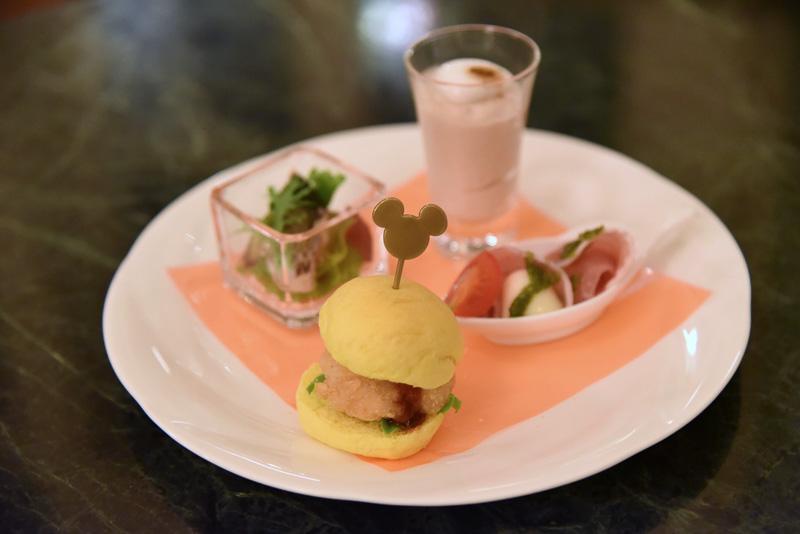 """""""サンドウィッチ&オードヴル""""は「キノコのムース」「モッツァレッラと生ハム」「チキンバーガー バーベキューソース」「サンマと焼き茄子のサラダ」が1皿に"""
