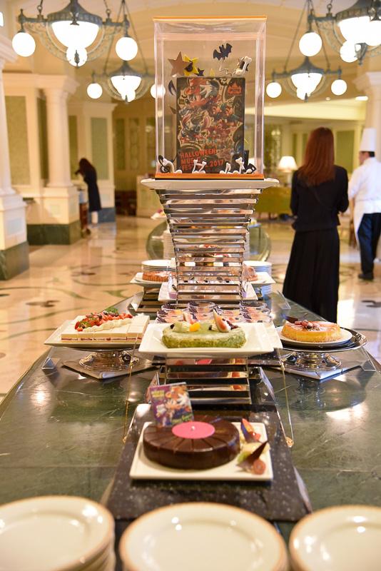 「シャーウッドガーデン・レストラン」のビュッフェ台の入口にはスペシャルイベント感満載のデコレーションが施されている