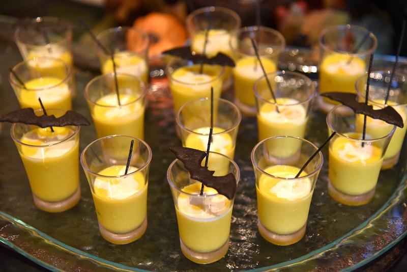 コウモリシェイプのラング・ド・シャが目印の「冷製パンプキンクリームスープ」