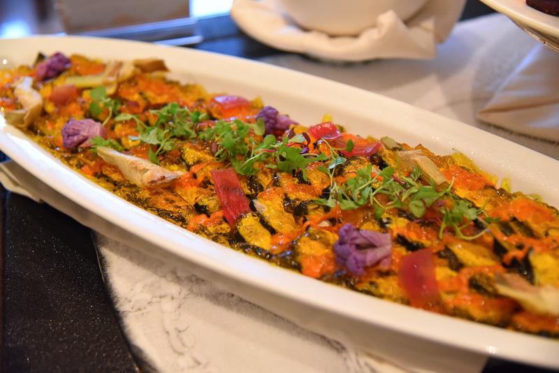 ビジュアルのハロウィーンさと美味しさがウリの「チキンのイカ墨マリネ ロメスコソース」