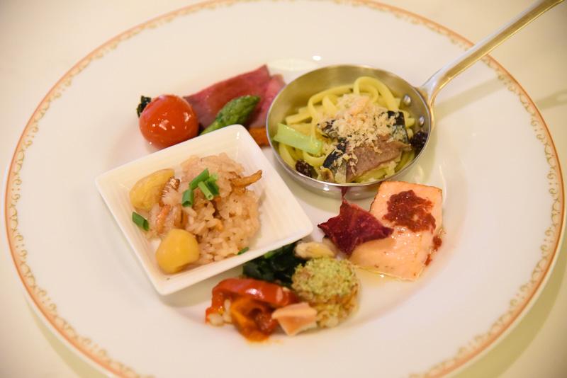 ホットメニューで絶対に味わいたいメニューをご紹介。時計回りに「サンマと青菜のパスタ」「サーモンのローストビーツソース」「帆立貝のハーブクラスト焼き ピペラード添え」「栗とキノコの中華風おこわ」に「仔羊のロースト トマトクラスト焼き」