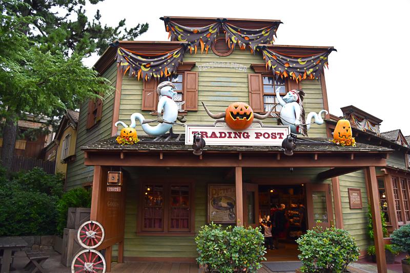 ウエスタンランド全体にハロウィーンのデコレーションが施されショップの屋根をはじめさまざまな場所にゴーストやかぼちゃが!
