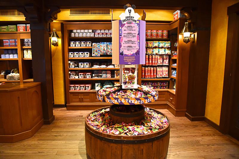 バッグの準備が整ったら、お菓子がこんもり盛られたコーナーへ進もう