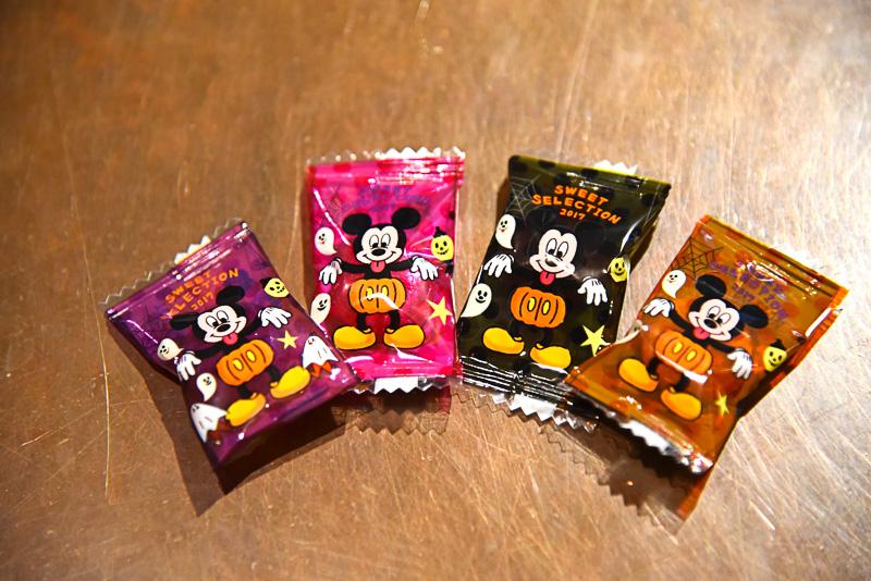 キャンディ(グレープ風味:デザイン4種)には、かぼちゃパンツを履きこなし、みんなを驚かせ中のミッキーマウスの姿が