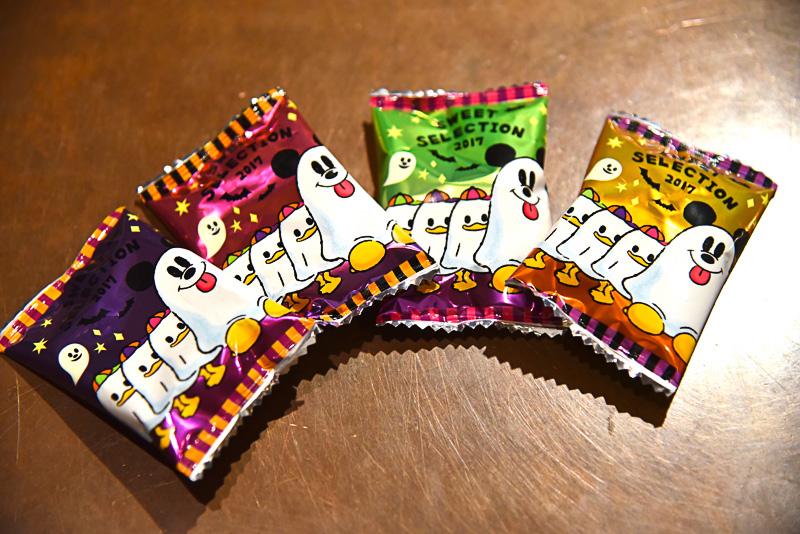 ラムネ(ソーダ味:デザイン4種)のパッケージはシーツを被ってお菓子を貰いに移動中!? のミッキーマウスとドナルドダックの甥ヒューイ、デューイ、ルーイをプリント