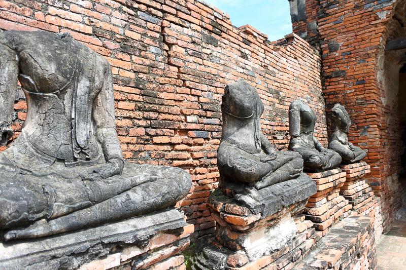 回廊には頭から上のない仏像が幾つも並んでいる