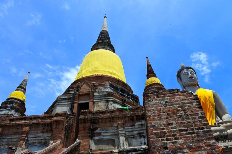 シンボルともいえる仏塔は階段を上り上まで行くことができる。手前には仏像が並ぶ