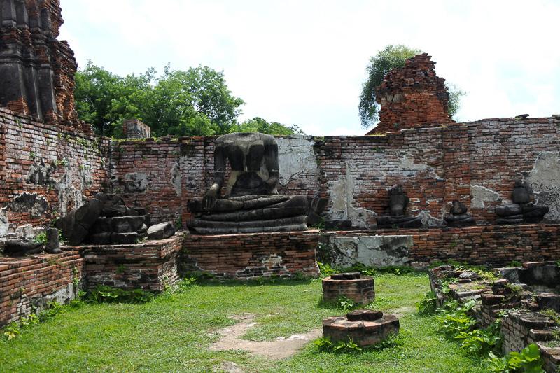 1956年に修復され、多くの宝物が発見されているが、遺跡には破壊され、火を付けられて黒くなった仏像や土台が残る