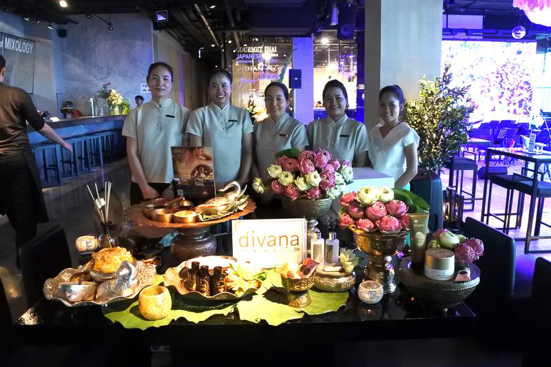 「divana NURTURE SPA」のブースでは、自社製品の紹介と特設ブースにてマッサージの施術も行なっていた