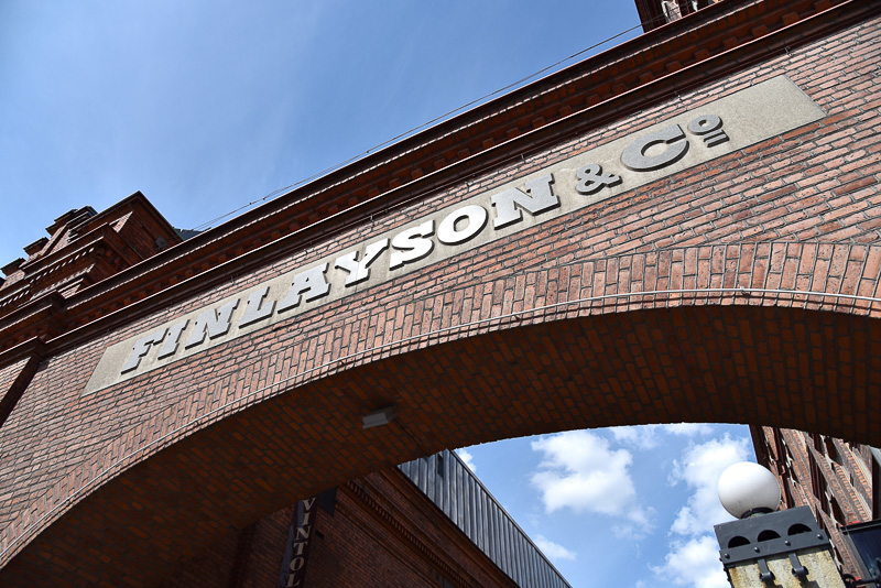 以前の姿そのままにフィンレイソンの社名がアーチ部分に残っている