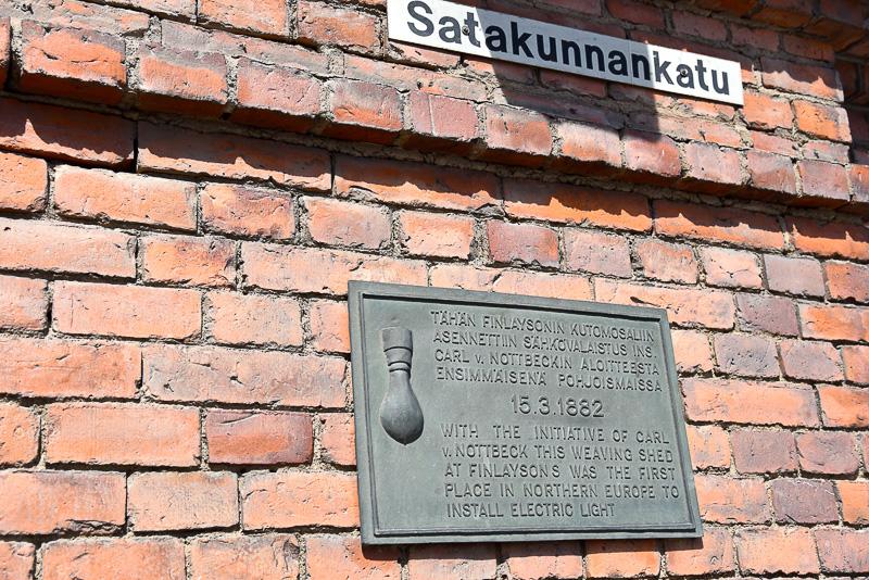 「Finlayson alue」の入口横には、北欧で初めてライトを取り入れた場所を記すメモリアルプレートが掲げられている