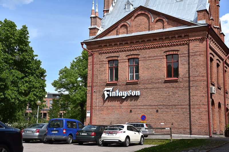 教会をはじめ地区内のあちこちにフィンレイソンの文字が残されている。商業施設のほか、オフィスも複数入居している