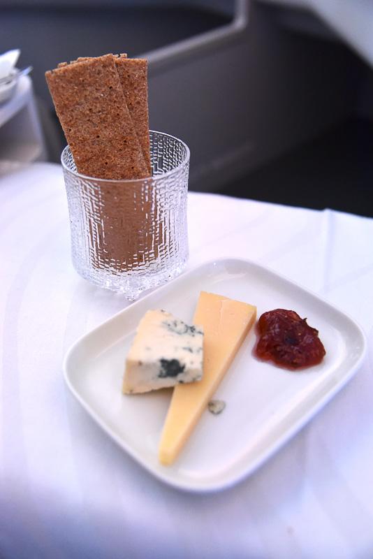 「フィンランドの小さなチーズ工房からのチーズ ペルトランブルーとビーニタルフリ-熟成されたミルクチーズ イチジクのジャム」