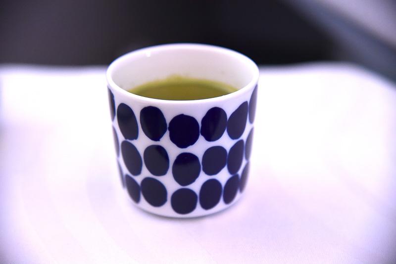 食後の緑茶をお願いしたところ、ちょこんとかわいい湯のみ入りで提供された