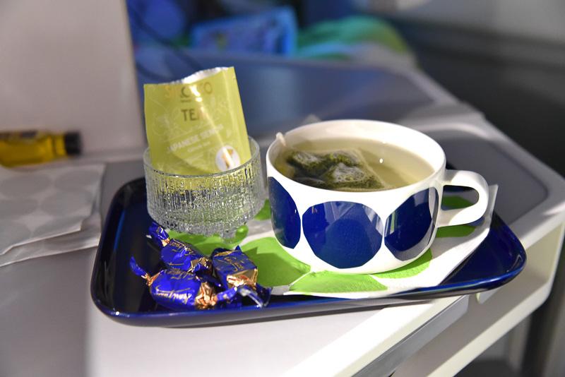眠れずに起きていたところ温かいお茶とチョコレートを持って来てくれた