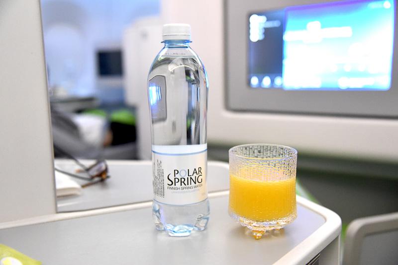 目覚めの1杯はオレンジジュースとミネラルウォーター