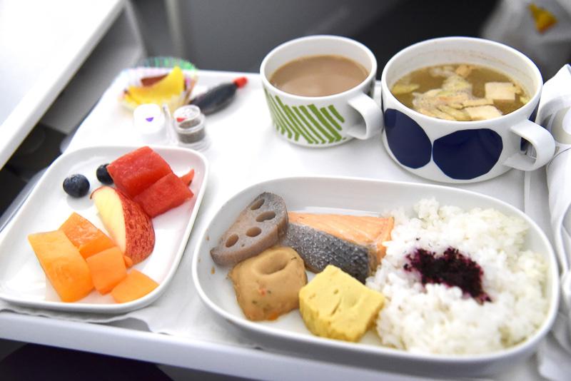 「和風朝食」の「お味噌汁」と「塩鮭、厚焼き玉子、つみれ、蓮根、お漬物、ご飯」