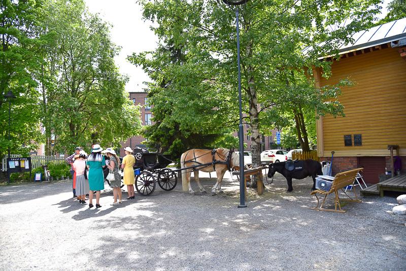 エリア内には馬車乗り場や、愛らしいイラストが目を引く鶏小屋などもある
