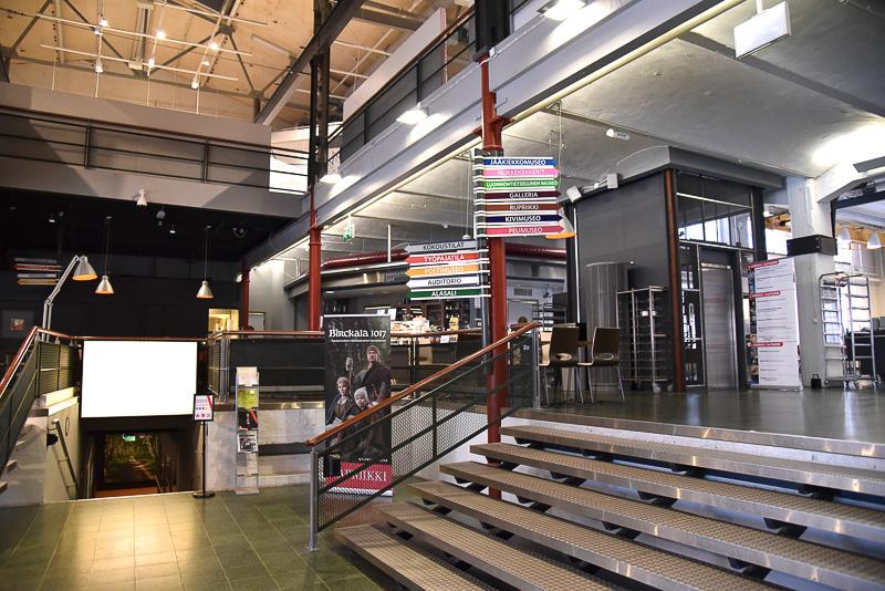 工場だけあり、天井の高さと空間の広さで開放感抜群のエントランス