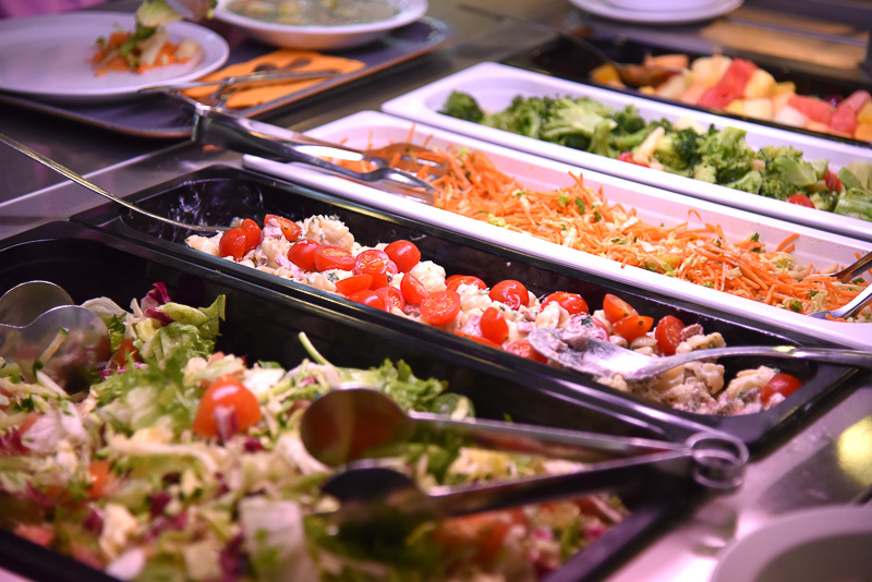 野菜や付け合わせなどが並んだビュッフェカウンター