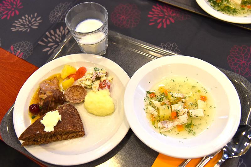 スープとともに、ブレッドやマッシュポテト、野菜などをチョイス