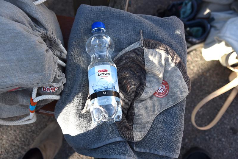 バッグの中身はタオルとサウナキャップ、そしてドリンク。サウナキャップは熱から髪を保護するためのもの