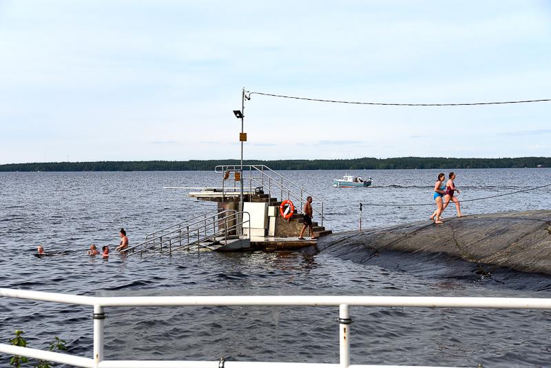 飛び込むナシ湖には約2mの飛び込み台とともに手すりと階段付きのポイントもある