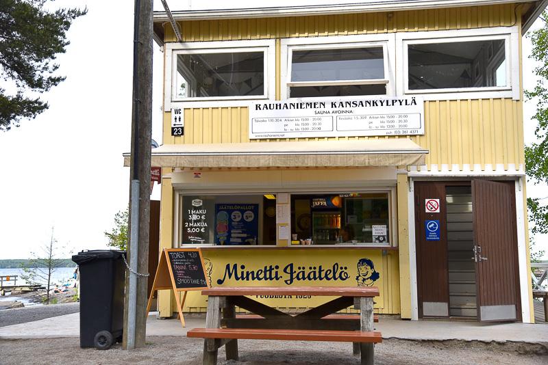 「Minetti Jäätelö 」でアイスクリームをオーダー。リコリスとストロベリーのダブル