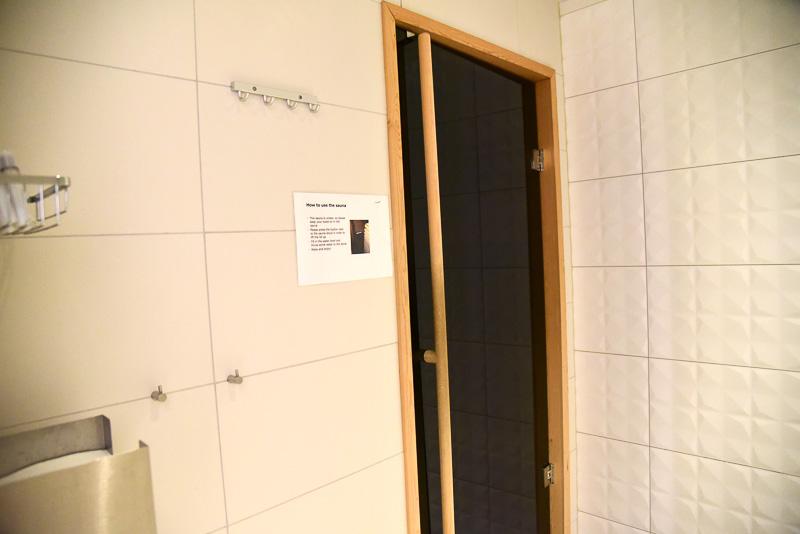 プレミアムラウンジに併設されたフィンランド式サウナとシャワールーム